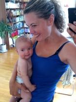 Så här glad blir mamman när bebben upptäcker nytt!