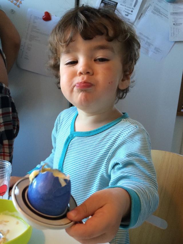 Nöjd kille med blått ägg