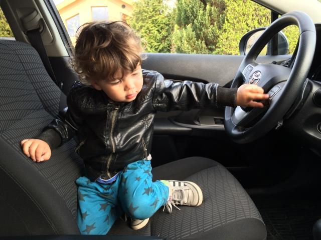 Arvid provkör vår nya bil som vi hämtade idag